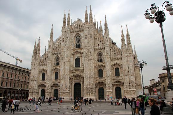 A quarta maior catedral do mundo, o Duomo de Milão encanta mais por fora do que por dentro.