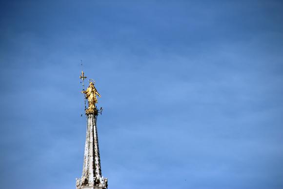 La Madonina, um símbolo de Milão fica bem no topo do Duomo de Milão.