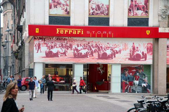 Lojas e mais lojas, essa me chamou mais atenção - não sei porquê.
