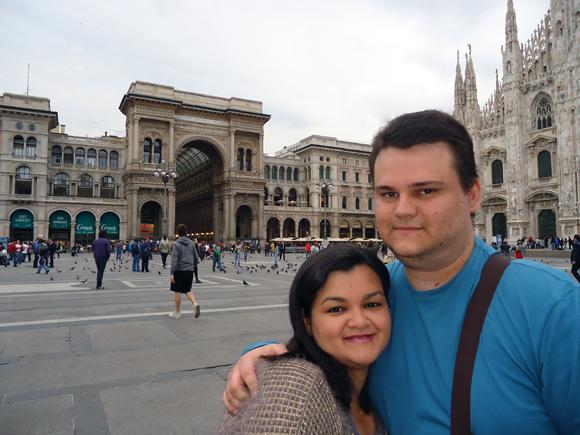 Para finalizar, uma foto de nós dois em um dos lugares mais famosos de Milão - a Piazza Duomo.
