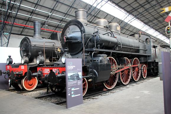 Exposição de locomotivas na seção de transportes do museu. Um galpão gigante para acomodá-las...