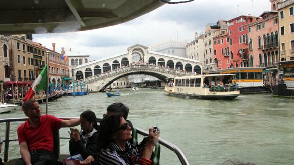 Ponte Rialto, no grande Canal, vista de um vaporetto.