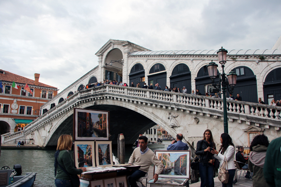 Ponte Rialto, um dos pontos famosos da cidade, artistas de ruas, lojinhas e restaurantes bem românticos fazem desse lugar outro ponto repleto de turistas...