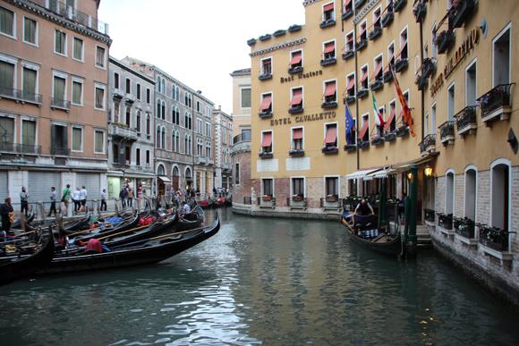 Canais, gôndolas, hotéis charmosos, muito romantismo garantido para sua viagem...