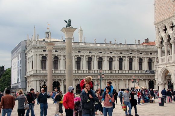 Muitos turistas na entrada da principal atração de Veneza, a Piazza San Marco.