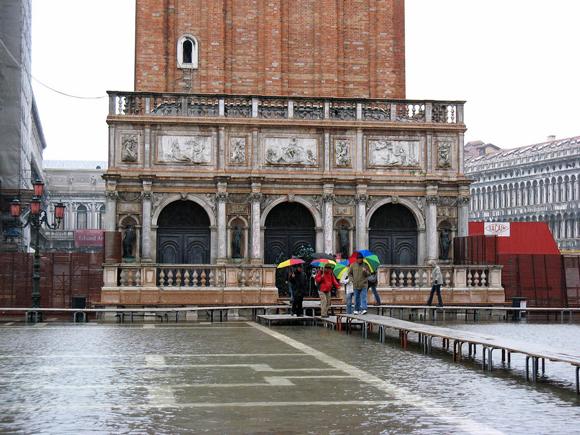 Acqua alta em Veneza, as pessoas andam sobre essas plataformas... (Foto de HarshLight cc).