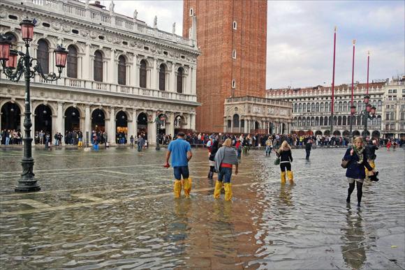 Também há aqueles que preferem ir com os pés nas águas... (foto de HarshLight cc).