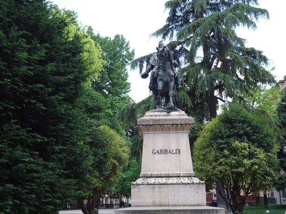 Garibaldi no centro da Piazza Indipendenza em Verona. Um importante personagem da história Italiana e Brasileira.