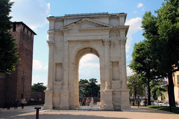 O Arco de Gavi e as pedras de pavimento da época do Império Romano
