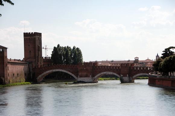 Ponte Scaligero, uma bela e incomum ponte sobre o Rio Adige.