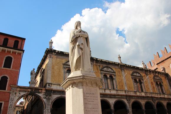Dante Alighieri apareceu novamente, na Piazza dei Signori de Verona.