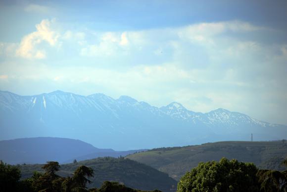 Os Alpes Suíços podem ser vistos do Castelvecchio em dias abertos.