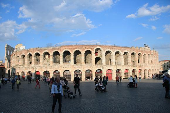 A Arena de Verona - um grande espaço que ainda serve para grandes espetáculos.