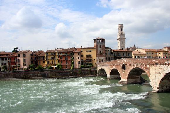 Ponte Pietra sobre o rio Adige e o colorido de Verona - história de milhares de anos.
