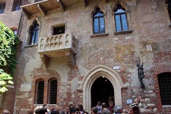O famoso balcão de Giulietta, onde Romeo se escalava para declarar seu amor...