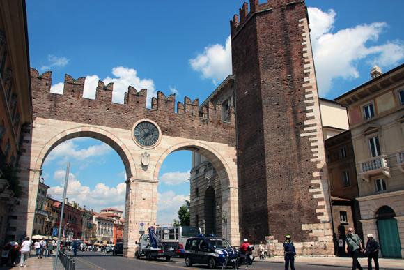 A Puorta Borsari e a Torre Pentagonal, marcando a entrada a Piazza Brá