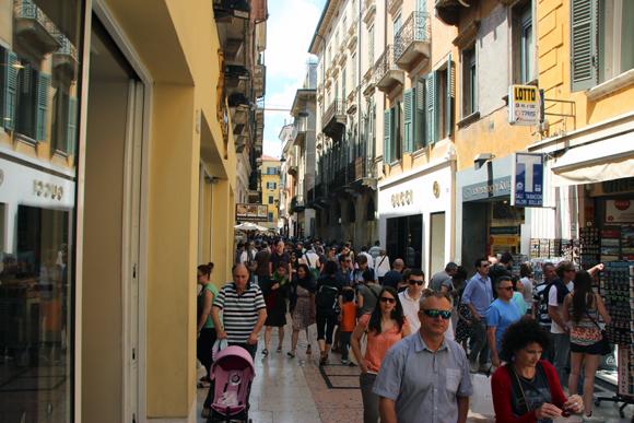 A disputadíssima Via Mazzini em pleno domingo, um lugar onde a muralhada perde o controle...