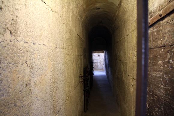 Corredores das Prigioni Nuove (Prisões Novas), que ficam do outro lado da Ponte dos Suspiros.