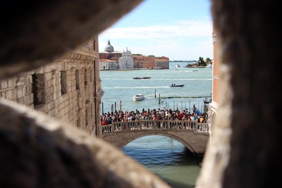 A vista para a Ponte della Paglia e a Laguna, esta era uma das últimas vistas dos presos do Palazzo Ducale ao atravessarem a Ponte dos Suspiros rumo ao cárcere.