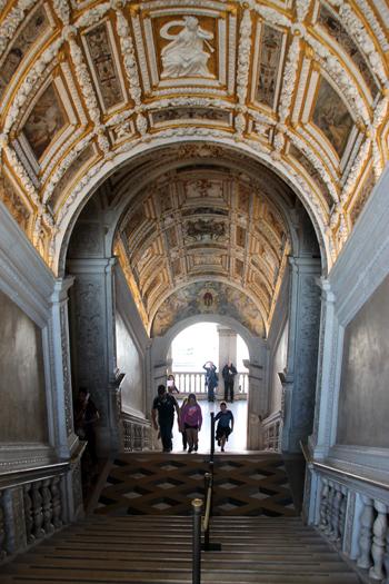 A Scala D'Oro, suntuosa escadaria com apliques de ouro no teto levavm direto aos aposentos dos Doges.