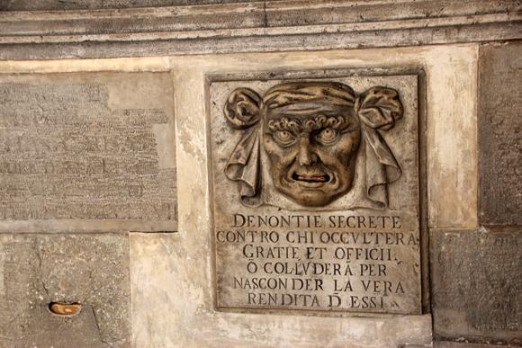 A Bocca di Leone, era tipo uma caixinha de correios para algo muito sombrio - denuncias anônimas à Inquisição.