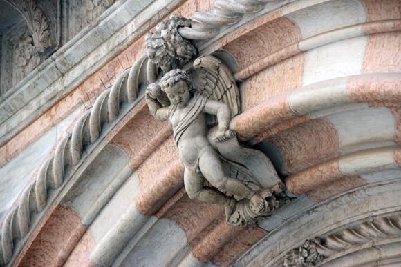 Detalhe decorativo da linda arquitetura do Palazzo Ducale.