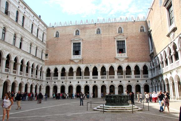 Vista do pátio interno, assim como na fachada exterior, colunatas e arcadas sustentam graciosamente o maciço segundo andar.