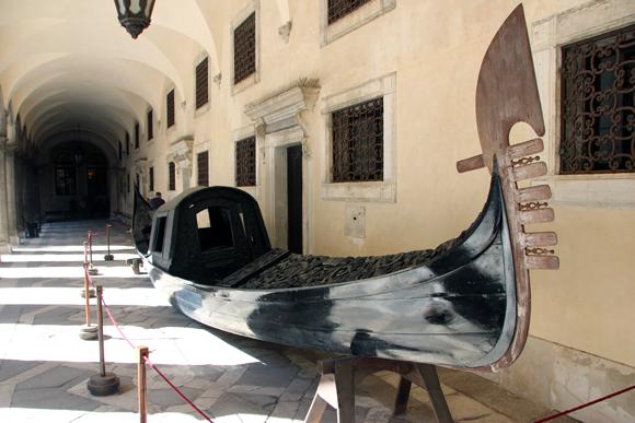 Um exemplar das gôndolas cobertas fica exposto no pátio interno do Palazzo. Este tipo de gôndola foi proibido e não existe mais nas águas de Veneza.