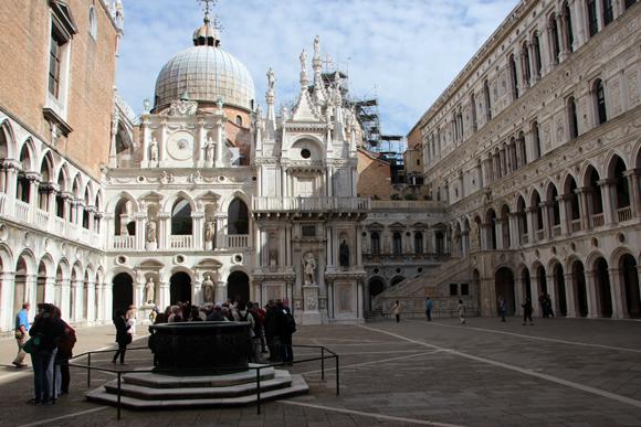 O pátio é uma imensa área onde ocorriam cerimonias dogais e torneios de touradas. Detalhe para um dos poços que abasteciam todo o Palazzo. Aos fundos, vê-se a Basílica de San Marco.