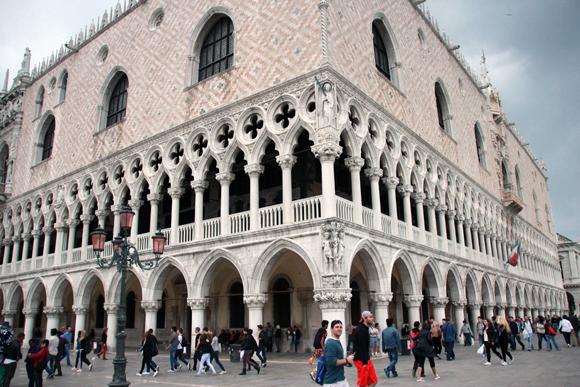 O imponente, majestoso e singular Palazzo Ducale oferece beleza e muita história para seus visitantes.