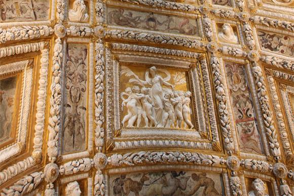 Detalhe do teto da Scala D'Oro, provoca muitos suspiros de seus visitantes.