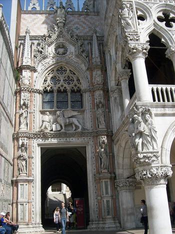 """A Porta della Carta, dá para ter uma noção do que o visitante encontrava ao adentrar por estas portas. Foto de:<a href=""""https://www.flickr.com/photos/infomuseum/14207845293/"""">infomuseum.org</a> <a href=""""http://creativecommons.org/licenses/by-nc-sa/2.0/"""">cc</a>"""