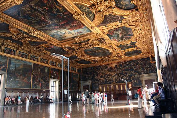 """O Salão do Maggiore Consiglio e sua suntuosidade, nos fundos pode-se ver a maior tela da época, O Paraíso, de Tintoretto. Foto de:photo credit: <a href=""""https://www.flickr.com/photos/ngai/245076091/"""">ngai</a><a href=""""http://creativecommons.org/licenses/by-nc-nd/2.0/"""">cc</a>"""