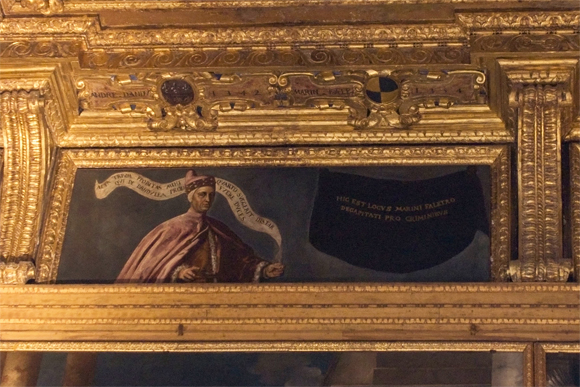 Rodeando o teto do Salão há um retrato que foi escondido, o do doge Marin Faliero, que foi decapitado.