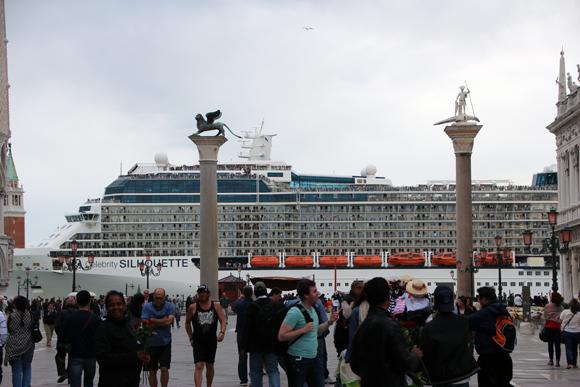 Uma visita inesperada, os cruzeiros passam bem pertinho da Piazza para observar a cidade...
