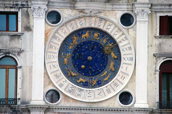 O Relógio da Torre d'Orologio. Medindo a Hora, a posição dos astros, os signos ao mesmo tempo...
