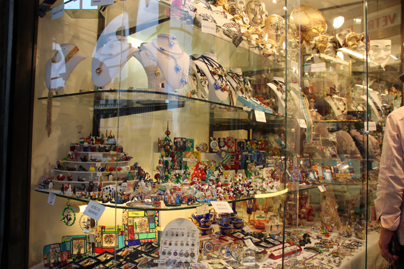 Os vidros coloridos de murano expostos na vitrine da loja encantam a todos que passam...