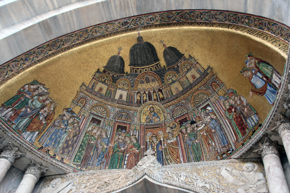 O mosaico representando a chegada do corpo de São Marcos na Basílica...