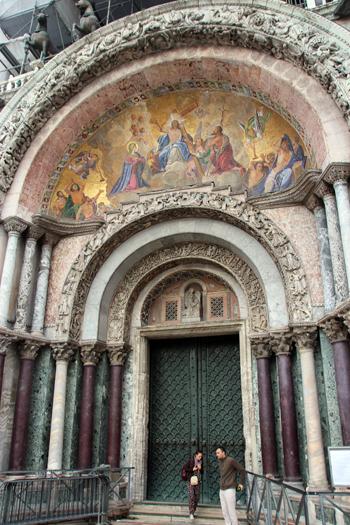 Um dos portões principais da Basílica com seus mosaicos de ouro...