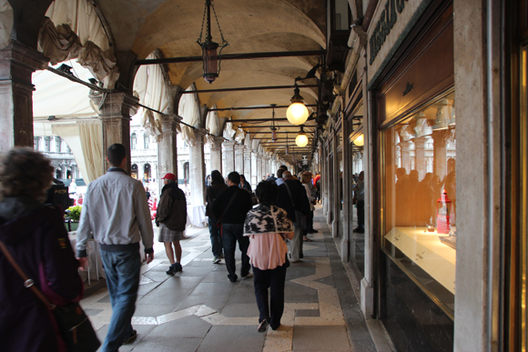 As galerias em volta de toda praça estão cheias de lojas de artigos de luxo e souveniers...