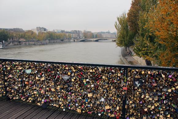 Os cadeados da Pont des Arts de Paris, não há mais lugar para colocar algum...