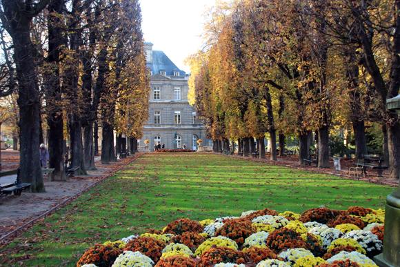 Palácio de Luxembourg no meio dos jardins. Um lugar para descanso e meditação.