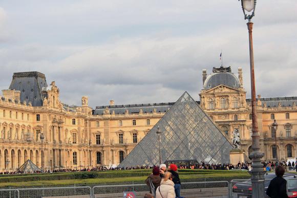 O museu do Louvre - muitas visitas para conhecer seu maravilhoso  acervo.