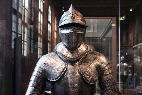 Exemplar de armadura medieval no Museu das Armas, no Hotêl dês Invalides.