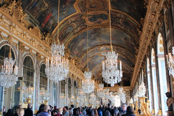 O salão dos Espelhos em Versalhes, dá para sentir a modéstia do Rei Sol.