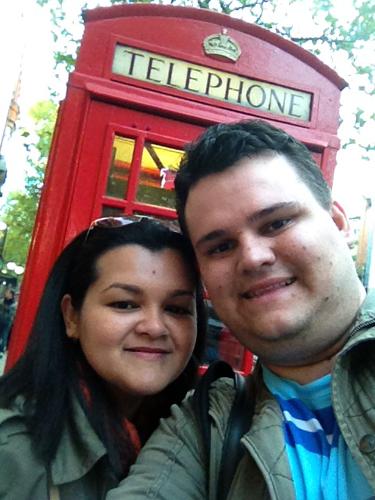 Não há como esconder a felicidade desses dois turistas nas terras da rainha, pausa para foto na primeira das milhares de cabines telefônicas...