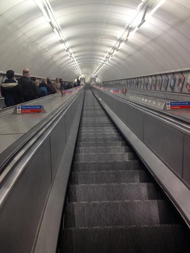 Ainda bem que na estação inicial havia escada rolante... Imagina subir isso tudo com malas?