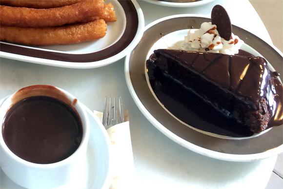 O bolo de chocolate com calda de chocolate... Muiiito chocolate...