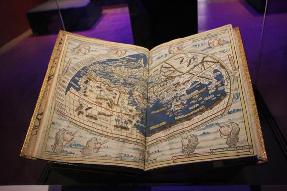 Exemplar de livro com mapas históricos utilizados na época.