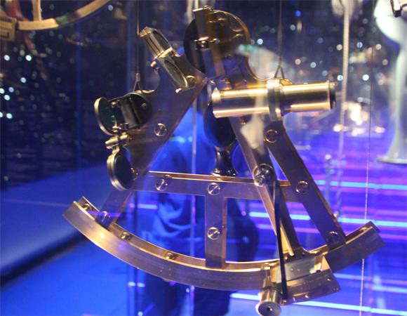 Modelo de um sextante, instrumento utilizado pelos navegadores para orientar sua navegação através da análise da distância entre astros.